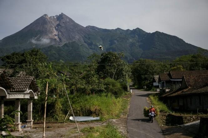 Warga mencari rumput di lereng Gunung Merapi di Balerante, Klaten, Jawa Tengah, Senin (18/2/2019). ANTARA FOTO/Hendra Nurdiyansyah.