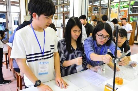 Mahasiswa Jepang Belajar Olah Minyak Jelantah di UKWMS