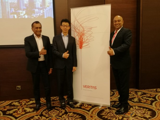Ki-ka: Ravi Rajendran, Chris Lin, dan Suresh Nair, Country Manager Veritas Indonesia dan Filipina.