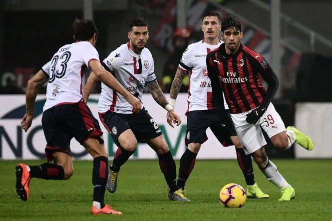 Gelandang AC Milan, Lucas Pauqeta (kanan), berusaha melewati pemain-pemain Cagliari (AFP/Marco Bertorello)