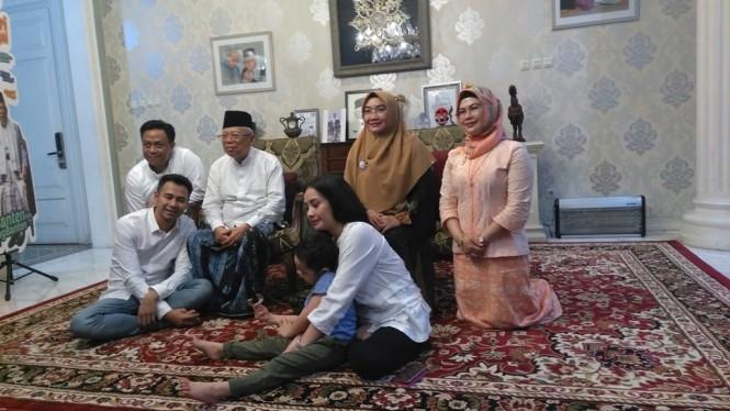 Keluarga artis Raffi Ahmad bersilaturahmi ke kediaman Ma'ruf Amin, Selasa (19/2). Foto: Medcom.id/Syahrul Ramadhan