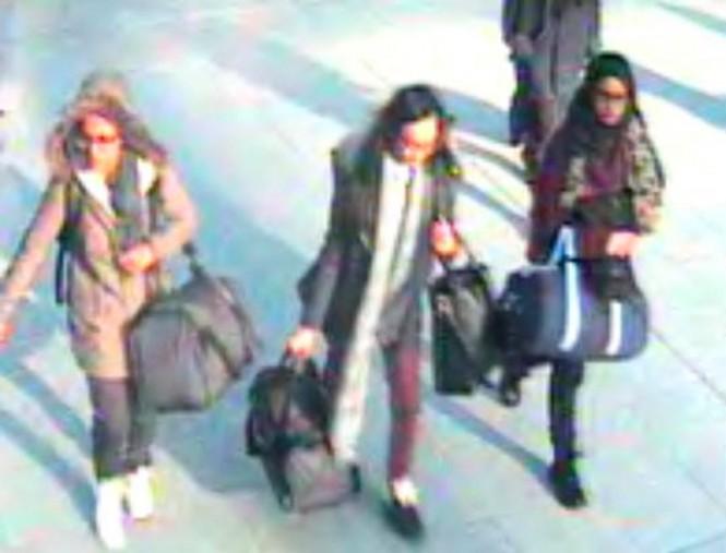 Shamima Begum (paling kanan) saat tertangkap kamera keamanan meninggalkan Inggris menuju Suriah. (Foto: AFP).