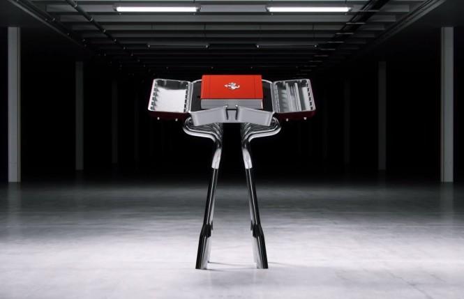 Untuk buku edisi kolektor lengkap dengan kota alumunium yang dirancang desainer Marc Newson dihargai USD 6.000 atau berkisar Rp 84 juta. Ferrari