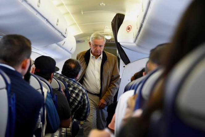 Presiden Meksiko Andres Manuel Lopez Obrador menaiki pesawat kelas ekonomi. (Foto: AFP).