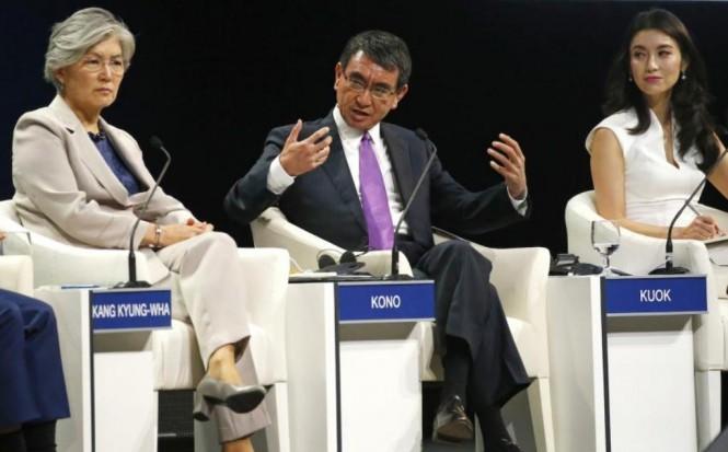 Menteri Luar Negeri Jepang Taro Kono (tengah). (Foto: AFP).