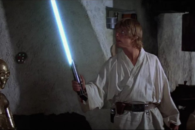Lightsaber menjadi senjata khas di Star Wars. (Disney)