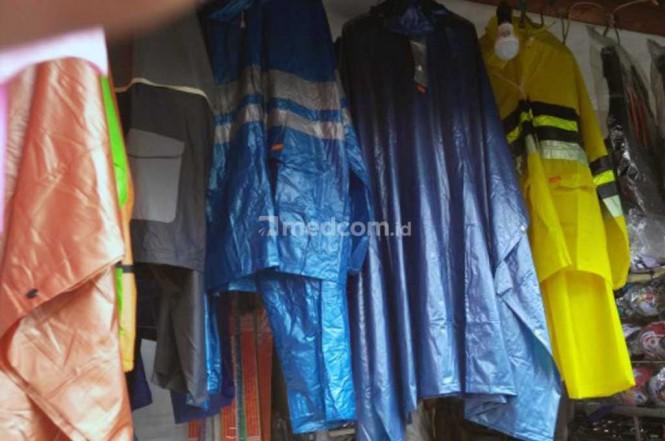 Jas hujan punya usia pakai sebaiknya dirawat agar lebih awet. Medcom.id/Fitra Iskandar