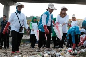 Iriana Jokowi Canangkan Aksi Bersih Pantai Ambon