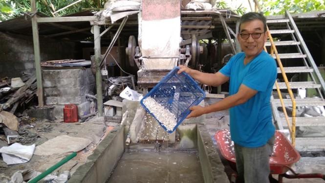 Boy Candra menunjukkan salah satu proses produksi awal mendaur ulang sampah plastik jenis PVC .   Medcom.id-Ahmad Mustaqim