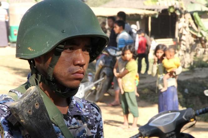 Tentara Myanmar berjaga di perbatasan Rakhine State. (Foto: AFP).