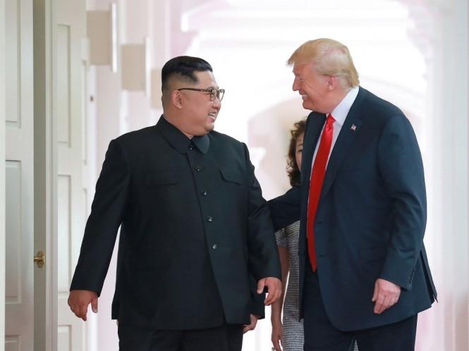 Kim Jong-un dan Trump saat pertemuan pertama di Singapura. (Foto: AFP).