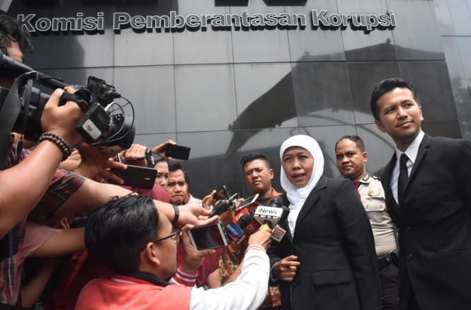 Gubernur Jawa Timur Khofifah Indar Parawansa (tengah) dan Wakil Gubernur Jawa Timur Emil Dardak (kedua kanan) mendatangi gedung KPK untuk beraudiensi di Jakarta, Rabu (20/2/2019). ANTARA FOTO/Indrianto Eko Suwarso.