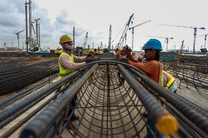 Pekerja menyelesaikan pembangunan konstruksi Bandara New Yogyakarta International Airport (NYIA) di Kulon Progo, DI Yogyakarta, Jumat (14/12/2018). ANTARA FOTO/Andreas Fitri Atmoko.