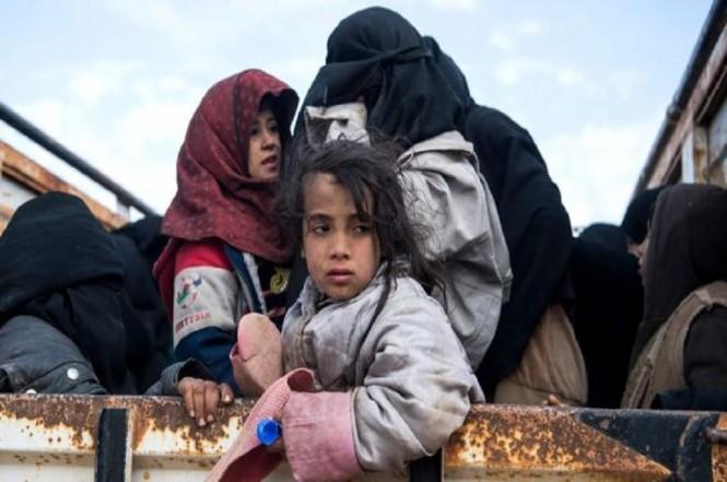 Warga sipil dievakuasi dari Baghouz ke sebuah kamp. (Foto: AFP)