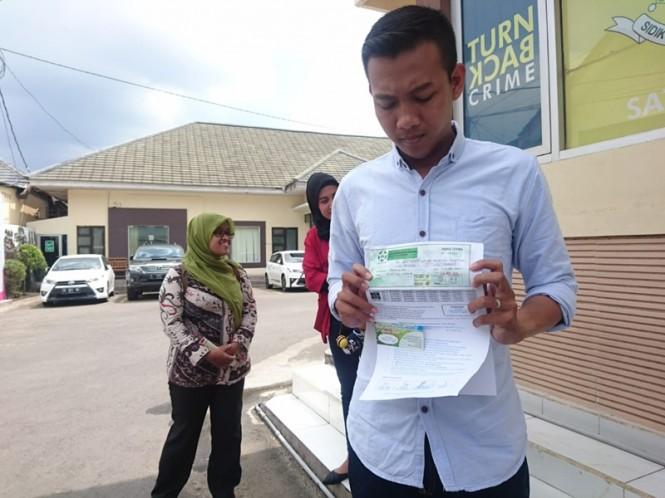 Salah satu korban penipuan pengembang bodong menunjukkan dokumen yang dipegangnya. Medcom.id/Syaikhul Hadi