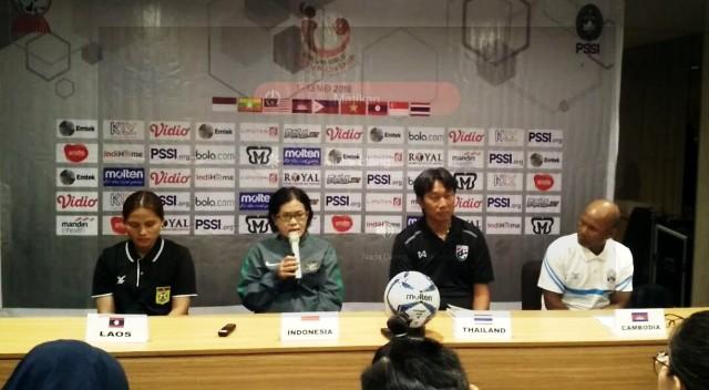 Anggota Exco PSSI, Papat Yunisal (dua dari kiri) saat menghadiri konferensi pers jelang turnamen Piala AFF Putri U-16. (Foto: Koresponden MI/Dwi Apriani)