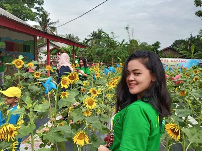 Warga sedang berada di Taman Bunga Matahari,  Kabupaten Bekasi, Jawa Barat. Medcom.id/Antonio