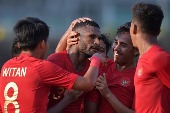 Penyerang Timnas Indonesia U-22, Marinus Wanewar (tengah), merayakan gol yang diciptakannya ke gawang Malaysia dalam pertandingan Piala AFF U-22 (Antara/Nyoman Budhiana)