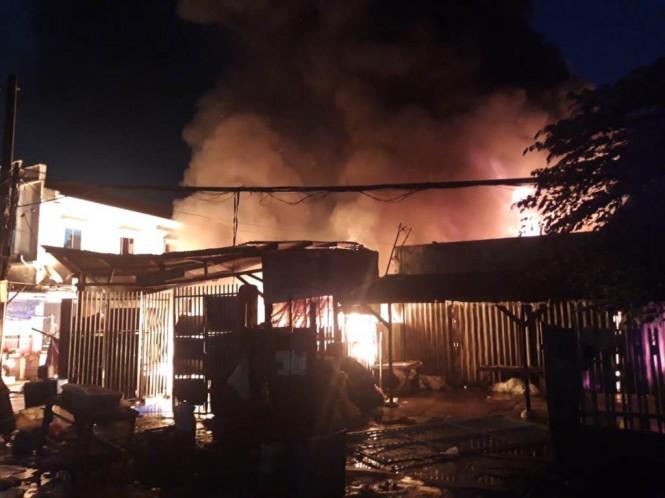 Tiga ruko di Pasar Anyar Jalan Ahmad Yani, Kota Tangerang, ludes terbakar.
