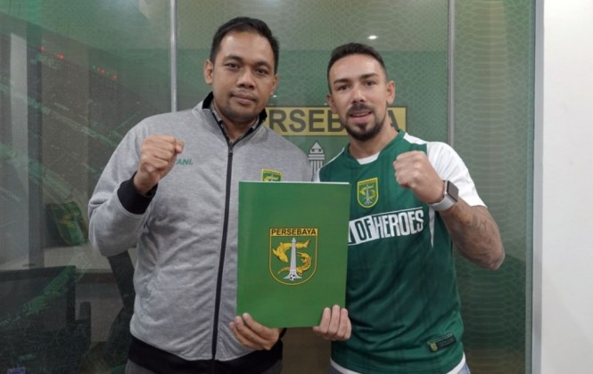 Damian Lizio (kanan) resmi bergabung dengan Persebaya Surabaya (persebaya.id)