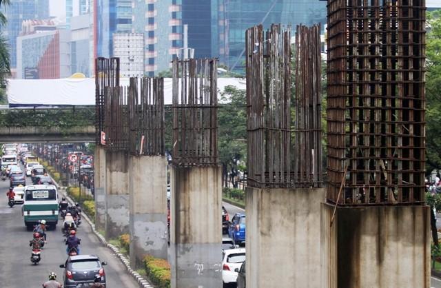 iang-tiang penyangga monorel yang terbengkalai di Jalan H.R Rasuna Said, Jakarta. Foto: Antara/Akbar Nugroho