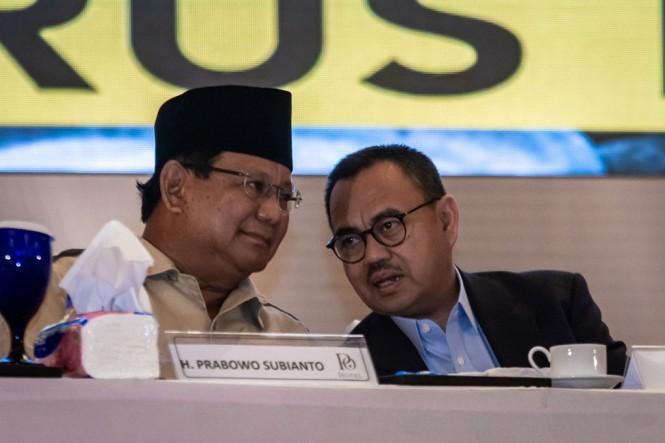 Capres nomor urut 02 Prabowo Subianto (kiri) berbincang dengan Direktur Materi dan Debat Badan Pemenangan Nasional Prabowo-Sandi, Sudirman Said (kanan). (Foto: ANTARA/Aji Styawan)