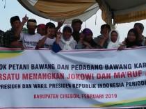 Sebagian petani dan pedagang memegang spanduk saat deklarasi di Desa Kalirahayu, Kecamatan Losari, Kabupaten Cirebon, Rabu, 20 Februari 2019. Medcom.id/Ahmad Rofahan