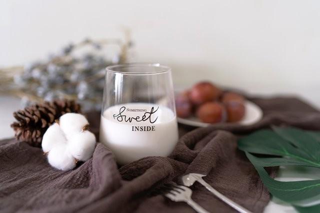 Mana lebih baik, susu murni atau skim? Cari tahu perbedaan dua susu ini. (Foto: Vera Cho/Unsplash.com)