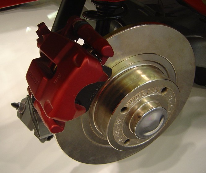 Di sistem rem hidrolik, jika tidak ada minyak rem, sistem tidak akan bekerja meski pedal rem sudah diinjak berulang. Wikipedia