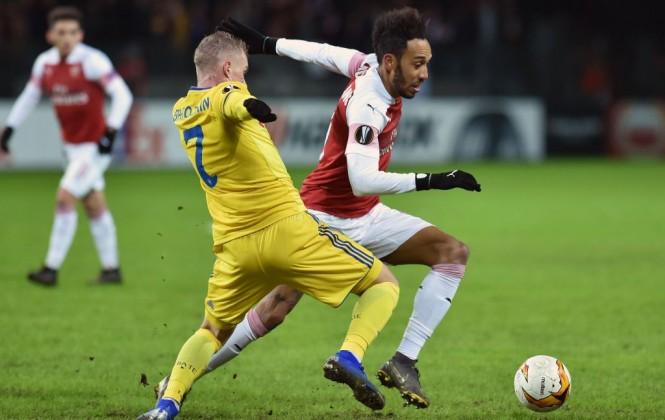 Momen saat striker Arsenal Pierre-Emerick Aubameyang (kanan) berduel dengan gelandang BATE Borisov Yevgeniy Berezkin (kiri) (Foto: AFP/Sergei Gapon)