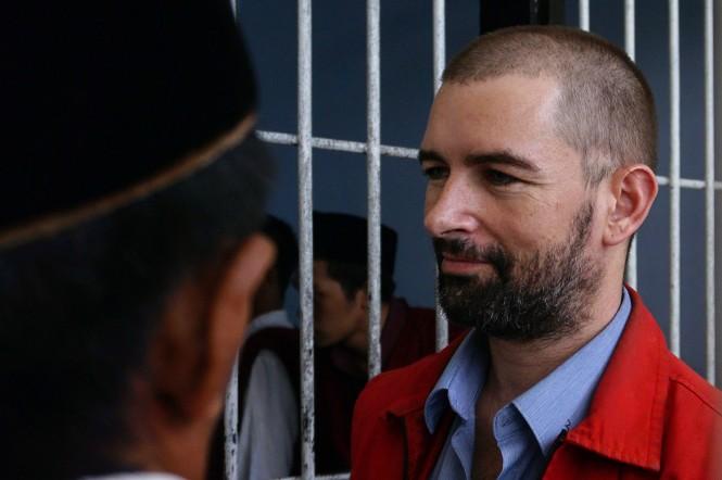 Dorfin Felix (tengah) bandar narkoba asal Prancis yang sempat kabur dari rumah tahanan Kepolisian Daerah Nusa Tenggara Barat (Polda NTB), turun dari mobil tahanan Jaksa untuk menjalani sidang perdana di Pengadilan Negeri Mataram, NTB.