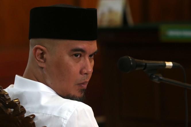 Terdakwa kasus pencemaran nama baik Ahmad Dhani menjalani sidang lanjutan di Pengadilan Negeri (PN) Surabaya, Jawa Timur. (Foto: ANTARA/Ali Masduki)