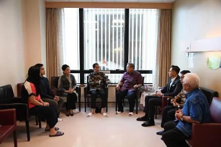 Jokowi dan Iriana Membesuk Ani Yudhoyono di Singapura
