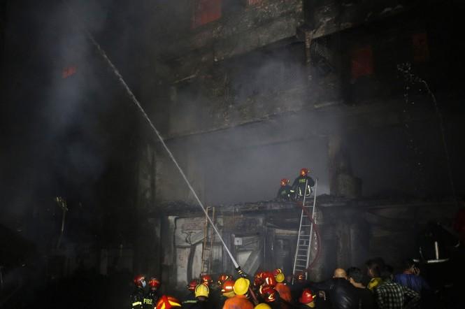 Api melalap bangunan apartemen yang juga digunakan sebagai gudang bahan kimia di kawasan bersejarah Ibu Kota Bangladesh, Dhaka, Rabu, 20 Februari malam waktu setempat.