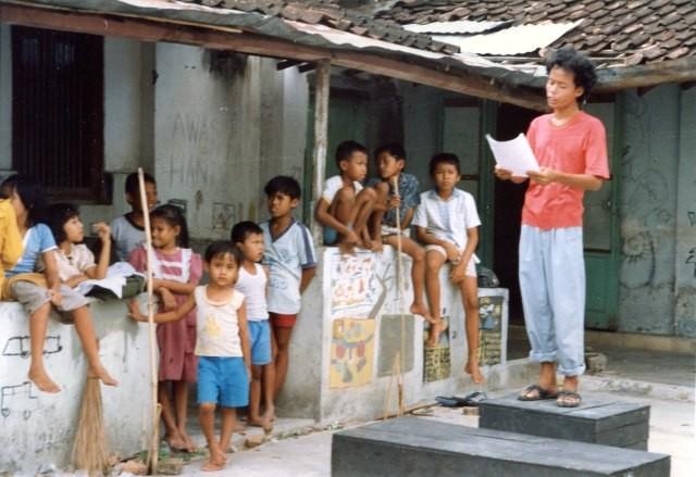 Penyair Wiji Thukul sedang membaca puisi/Medcom.id/Dok Pri: Wahyu Susilo
