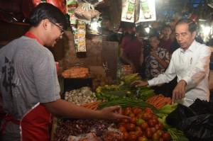 Jokowi Berbelanja Sembako di Pasar Minggu