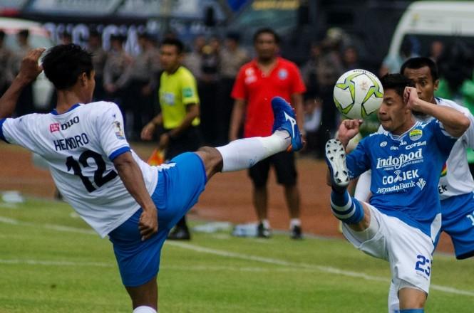 Suasana pertandingan Persib vs Arema pada leg pertama 16 besar Piala Indonesia. (Foto: Antara/Novrian Arbi)
