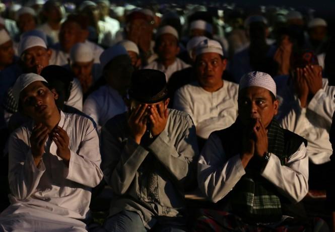 Jemaah Munajat 212 melaksanakan zikir bersama di Monas, Jakarta. (Foto: ANTARA/Rivan Awal Lingga)