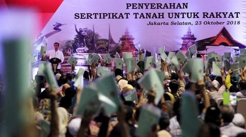 Jokowi Tak Hiraukan Kritik Pembagian Sertifikat Tanah