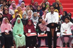 Jokowi Serahkan PKH dan BPNT di Bogor
