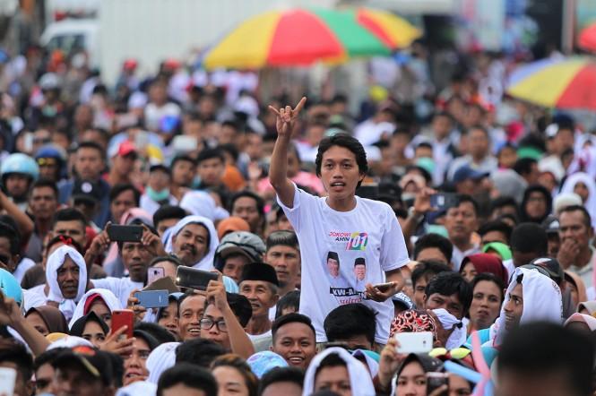 Relawan dari Forum Satu Nusantara (Fortuna) Sulawesi Tenggara mendeklarasikan dukungan untuk capres dan cawapres nomor urut 01 Joko Widodo-Ma'ruf Amin pada Pilpres 2019 di Lapangan MTQ Square, Kendari, Sulawesi Tenggara.