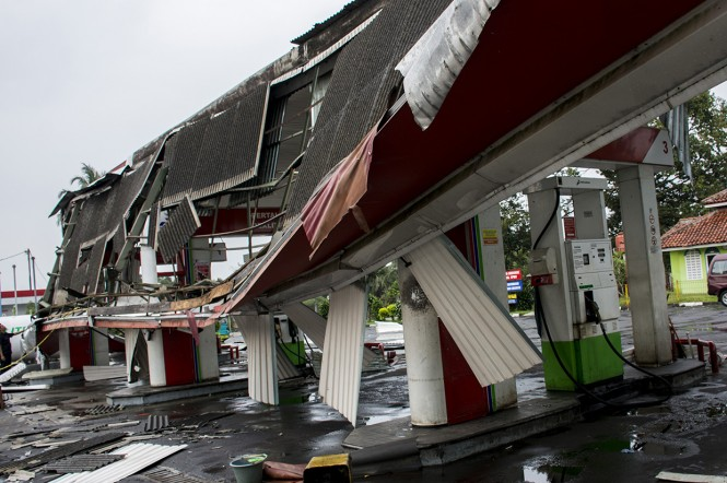 Hujan deras disertai angin puting beliung yang melanda Kecamatan Lembursitu dan Kecamatan Cicantayan di Kabupaten Sukabumi tersebut menyebabkan sebuah SPBU dan puluhan rumah warga rusak. Antara Foto/Nurul Ramadhan