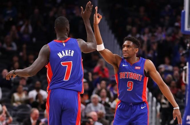 Thon Maker (kiri) merayakan keberhasilannya membawa Detroit Pistons menang bersama Langston Galloway (AFP/Gregory Shamus)