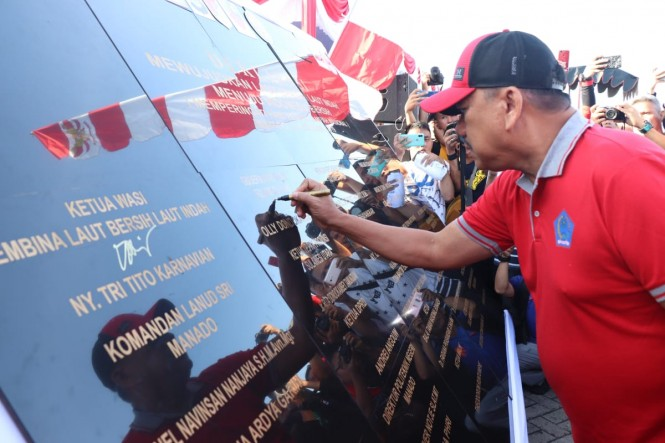 Gubernur Sulawesi Utara Olly Dondokambey menandatanangi prasasti deklarasi Mewujudkan Laut Bersih, Laut Indah Menuju Indonesia Bersih, pada Sabtu, 23 Februari 2019. Medcom.id/ Mulyadi Pontororing.