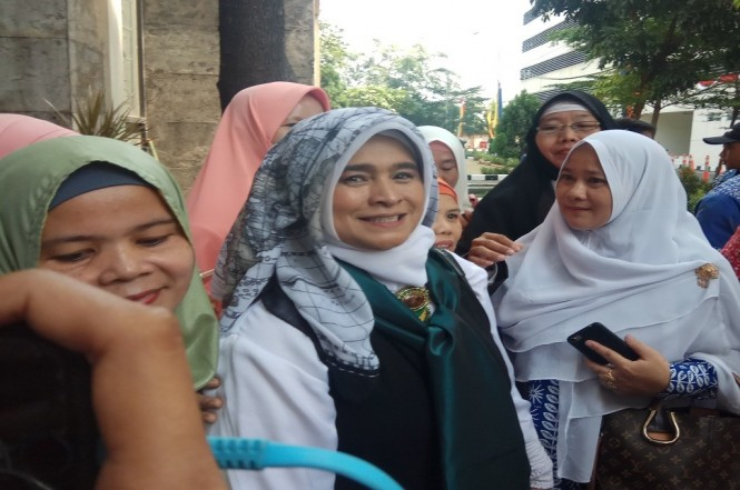 Neno Warisman (tengah) di pelataran masjid di Balai Kota Depok. Foto: Medcom.id/Octavianus Dwi Sutrisno.