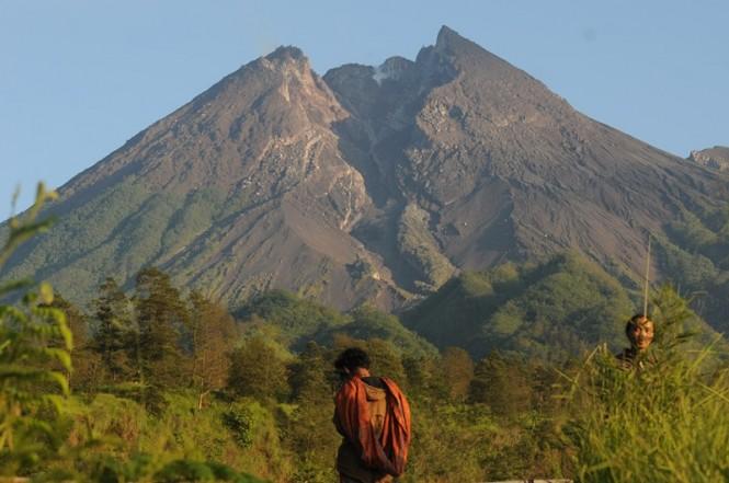 Warga beraktifitas dengan berlatar belakang Gunung Merapi di Balerante, Kemalang, Klaten, Jawa Tengah, Selasa (19/2/2019). ANTARA FOTO/Aloysius Jarot Nugroho.