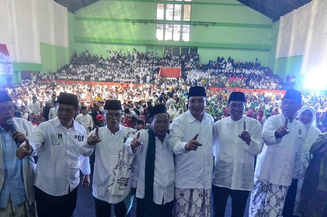 Walikota Tasikmalaya yang juga Ketua DPC PPP Budi Budiman (ketiga kiri) didampingi Wakil Walikota Tasikmalaya sekaligus Ketua DPD Partai Golkar M. Yusuf (kedua kanan), Ketua Majelis Ulama Indonesia (MUI) Kota Tasikmalaya KH Ate Musodik (keempat kiri) sert