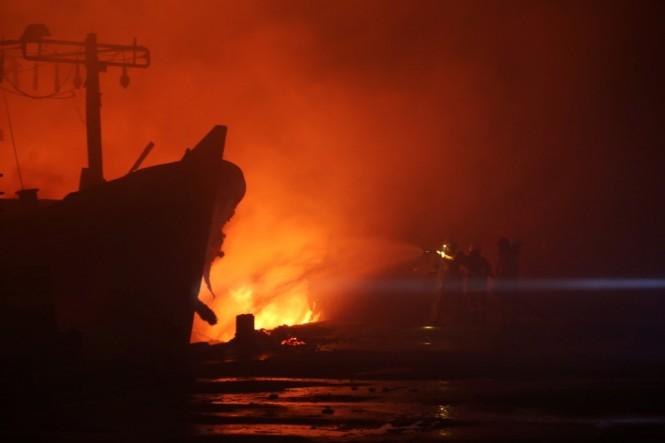 Kebakaran Kapal di Pelabuhan Muara Baru. Foto: MI/Ramdani