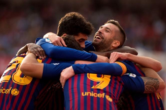 Pemain Barcelona merayakan gol yang dicetak Luis Suarez (9) ke gawang Sevilla (AFP/Jorge Guerrero)