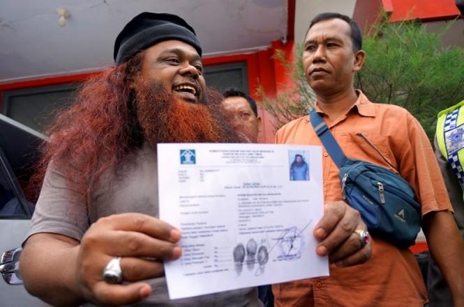 Noim Baasyir (kiri) menunjukkan bukti surat keterangan bebas murni saat keluar dari Lembaga Pemasyarakatan Kelas IIB Tulungagung, Jawa Timur. Foto: Antara/Destyan Sujarwoko.